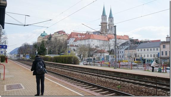 1017 Bahnhof für die Fahrt nach Wien Innenstadt bei unserer zweiten Übernachtung  (1024x575)