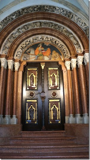 1035 Eingang in die Basilika für die hier lebenden Mönche (575x1024)