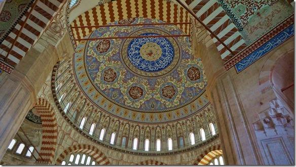 1091 das mit viel Gold verziehrte riesige Gewölbe der Moschee (1024x575)