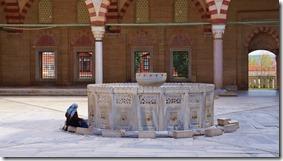 1094 eine Frau beim Füsse waschen für die anschliessende Andacht in der Moschee (1024x575)