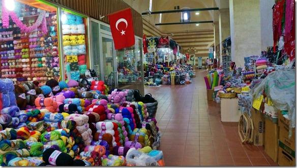 1096 im Bazar gibt es Wolle in allen Fraben und Arten zu kaufen (1024x575)