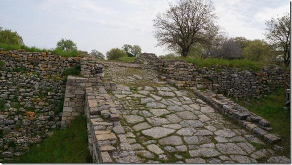 1104 Stadteinfahrt zu Troja - war zu steil und konnte nur zu Fuss begangën werden (1024x575)