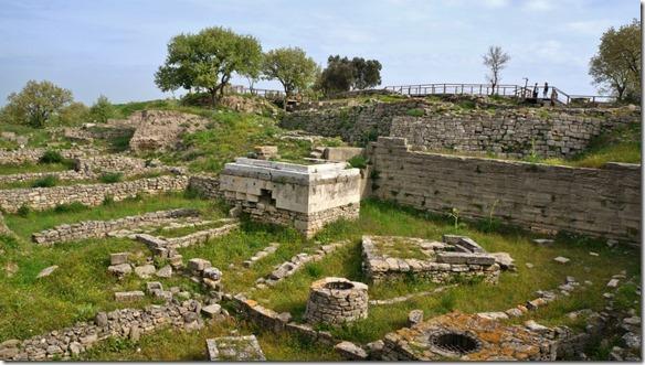 1106 im Zentrum ein Altar darumherum Brunnen für Waschungen (1024x575)