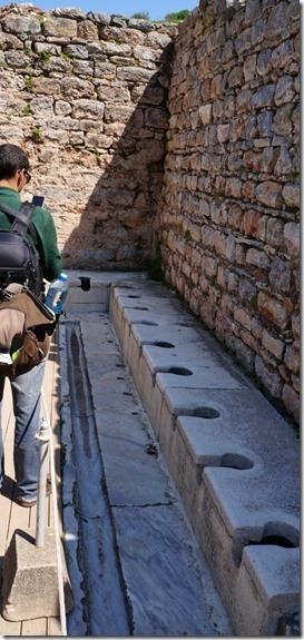 1132 die freundlichsten Toiletten = man hat mit dem Nachbarn Kontakt und kann ein Gespräch auf einer gemeinsamen Ebene führen = alles in Marmor (484x1024)