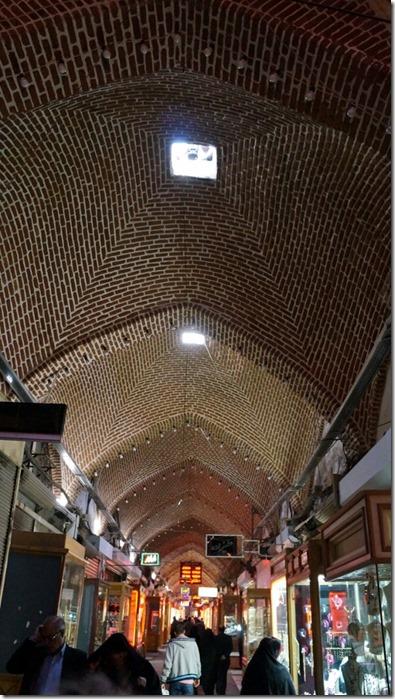 1270 das ganze Licht für die Gänge und Hallen kommt durch diese Öffnungen im Dach, inkl. Ventilation (aber es stinkt nirgends)  (575x1024)