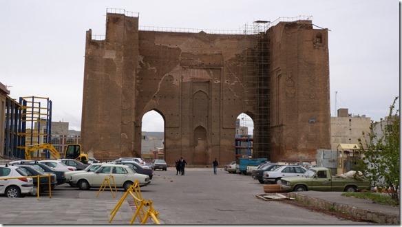 1298 die bis zu 10 Meter dicken Stadtmauern von Täbriz (1024x575)