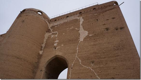 1299 sie haben allen feindlichen Anstürmen getrotzt (sie Kanaonenkugeleinschläge) selbst dem Erdbeben (nur Risse)  (1024x575)