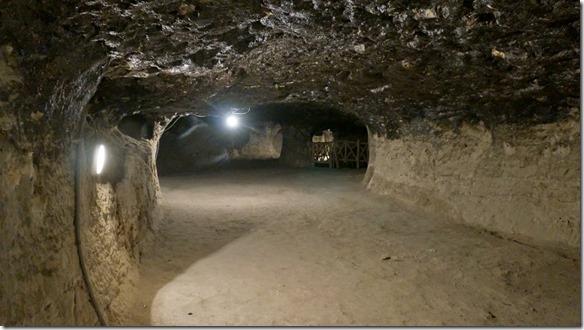 1324 oben glänzt der Stein wie lackiert = es ist kein Wasser denn die ganze Höhle ist absolut trocken (1024x575)