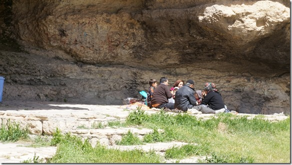 1328 eine kurdische Familie beim Picknick auf einer Höhlenterasse = wir wurden auch eingeladen, aber es hatte ein orkanartiger Wind geblasen  (1024x575)
