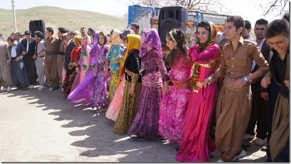 1335 es waren auch viele schöngekleidete hübsche Frauen mit dabei (1024x575)