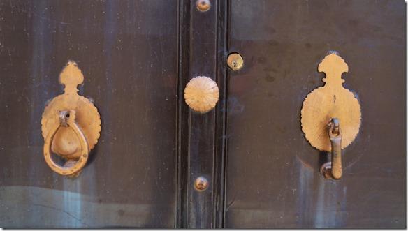 1629 Mit dem runden Klopfer klopfen Frauen, mit dem geraden die Männer. Es entstehen verschiedene Klänge, man weiss ob ein Mann oder eine Frau vor der Türe steht.  (1024x575)