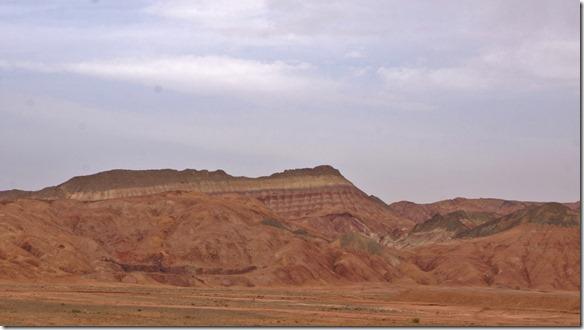 1659 die Berge bestehen aus verschiedensten Gesteinsschichten und sind sehr farbig (1024x575)