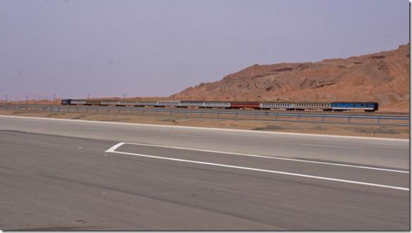 1661 ein Personenzug der Richtung Tehran die Wüste vor sich hat (1024x575)