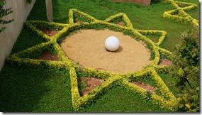 1703 dieser Gärtner hat vermutlich mit der Nagelschere diese Hecke beschnitten (1024x575)