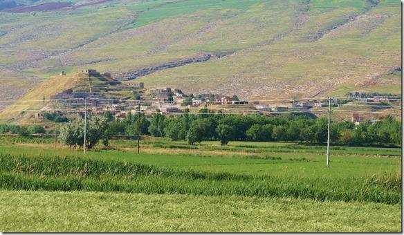 1751 ein iranisches Dorf vor Mashhad in einer sehrgrünen Gegend (1024x593)