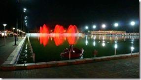 1758 die leuchtenden Springbrunnen im künstlichen See bei Nacht = sieht doch gut aus (1024x575)