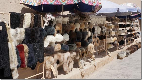 1806 Auch im Sommer werden Pelzhüte an Touristen verkauft  (1024x575)