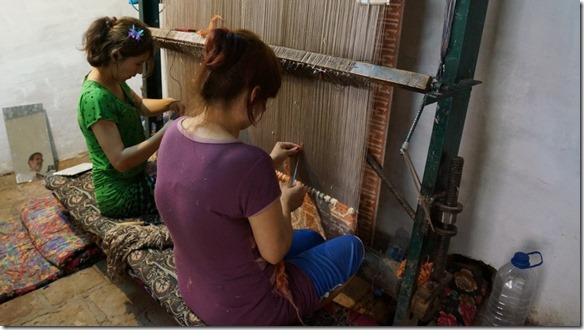1858 Teppichknüpferinnen bei der Arbeit  (1024x575)
