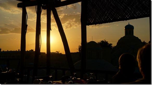 1901 Sonnenuntergang beim Abendessen auf der Terrasse in Bukhara  (1024x575)