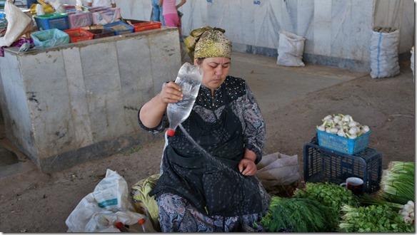 1970 Die Marktfrau besprüht ihre frischen Kräuter  (1024x575)