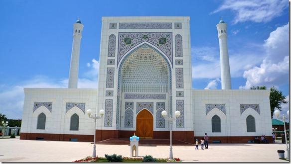 2012 Moschee mit traditionellen Mustern aber in neuem Baustil -- alles in Weiss (1024x575)