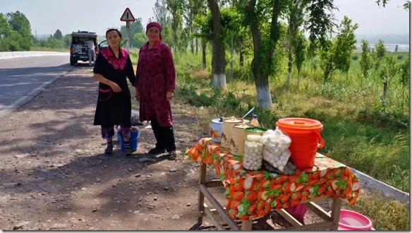 2031 2 Verkäuferinnen des Käses der am Strassenrand verkauft wird (1024x575)