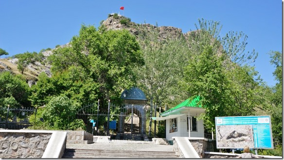 2050 Eingang zum Aufstieg des heiligen Berges Tacht-i-Sulajman  (1024x575)