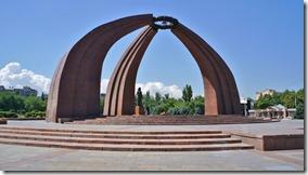 3024 Denkmal für die 200000 im 2. Weltkrieg gefallen Kirgisen. Eine symbolische Jurte mit der Mutter die auf ihre Söhne wartet.  (1024x575)