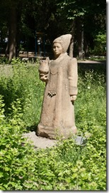3028 Viele Steinfiguren zieren den Park  (575x1024)