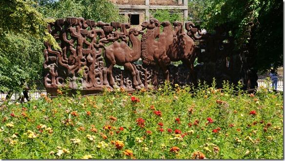 3071 das Monument das die Wichtigkeit von Almaty für die Seidenstrasse darstellt (1024x575)