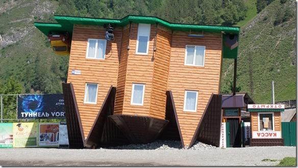 3132 Haus auf dem Kopf stehend in Manzerok  (1024x575)