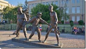 3223 Sie halten sich bei den Händen und erhalten von Leonid Gaidai Anweisungen  Irkutsk  (1024x575)