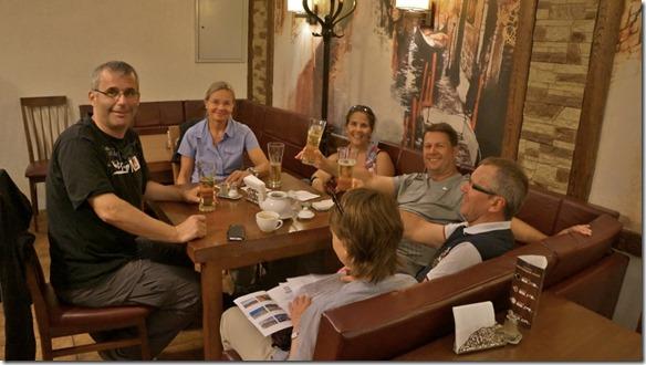 3230 Eine schweizerische Reisegesellschaft aus Rapperswil getroffen in einer Bar in Irkutsk  (1024x575)