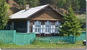 3239 Sibirisches Haus mit den typischen verzierten Fenstern in Listvyanka  (1024x575)