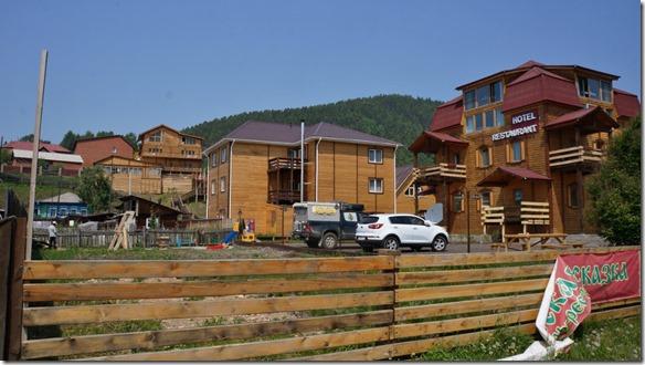 3250 unser Hotel in Listvianka (unser Zimmer im helleren Haus im Mittelgeschoss) (1024x575)