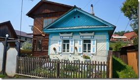 3252 Bei den sibirischen Häusern sind die Fenster immer mit Verzierungen hervorgehoben  (1024x575)