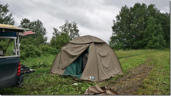 3364 Zweites Camp zwischen Irkutsks und Novosibirsk. Ein fürchtlicher Gewittersturm zog in der Nacht über uns hinweg. Wir blieben im Innern des Zelts trocken (1024x575)