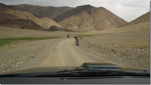 4000 Hier ist die Strasse in Mongolien noch breit und nicht sehr holprig  (1024x575)