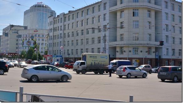 3376 Gelassen steht der Polizist wie eine Statue mitten im Verkehr  (1024x575)