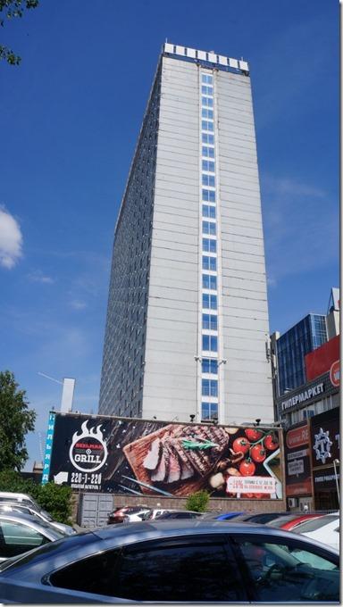 3377 Das Hotel Novosibirsk, ein alter Plattenbau, renovationsbedürftig  (575x1024)