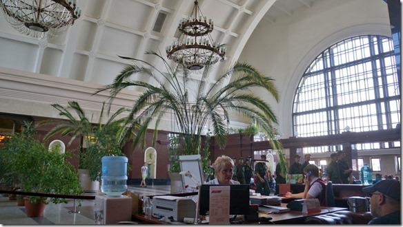 3383 Im Innern des Bahnhofs, die Halle mit Kronleuchtern geschmückt  (1024x575)