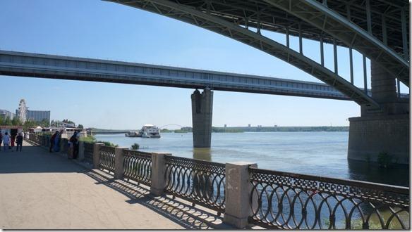 3401 Unter der Eisenbahnbrücke mit der Brücke für die Metro und dem Brückenbogen der Autobahnbrücke   (1024x575)