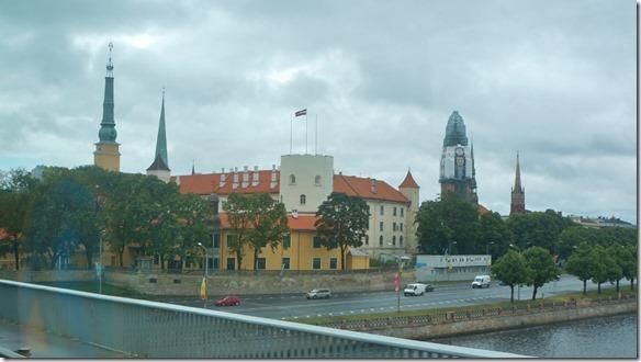 3667 Staatspräsidenten Residenz in Riga bei trübem und kaltem Wetter im Juli  (1024x575)