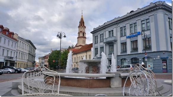 3713 Brunnen auf dem Zentrumsplatz in Vilnius  (1024x575)
