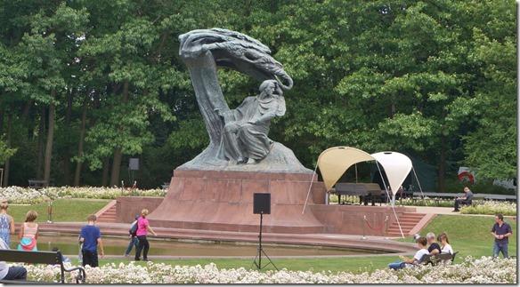 3730 Chopin im Park in Warschau wo immer wieder Konzerte stattfinden.  (1024x563)