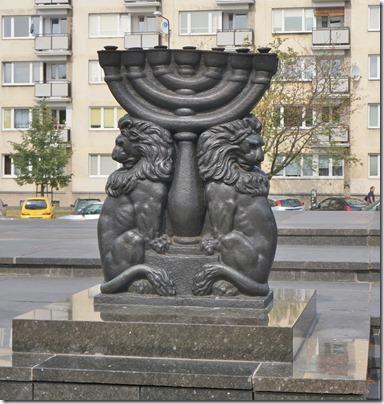 3740 Menora beim Denkmal zur Judenverfolgung   (974x1024)