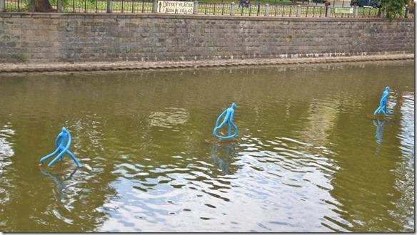 3805 eine Skulptur mit auf dem Wasser laufenden Figuren  (1024x575)