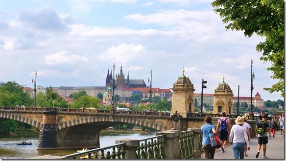 3806 eine der Brücken die die Moldauufer miteinander verbindet mit der Burg im Hintergrund (1024x575)