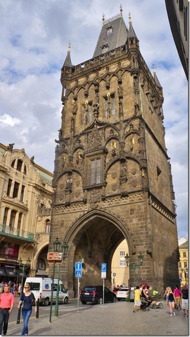 3914 sieht aus wie der Stadtturm von Baden, aber hier geht der Verkehr noch unten durch (575x1024)