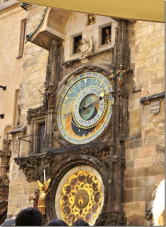 3916 die in mehreren Etappen gebaute Uhr (Beginn 1410) zeigt alle Stunden in den kleinen Fenstern eine Reihe von Figuren, auch zeigt die Uhr astronomische Daten im unteren Blatt (747x1024)